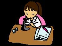 化粧品の成分を細かく分析している女性研究者の画像