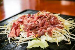 ジンギスカンと野菜を焼いている画像