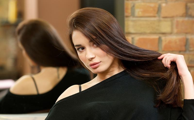 新感覚のクリームシャンプーで艶のある髪を持っている女性の画像