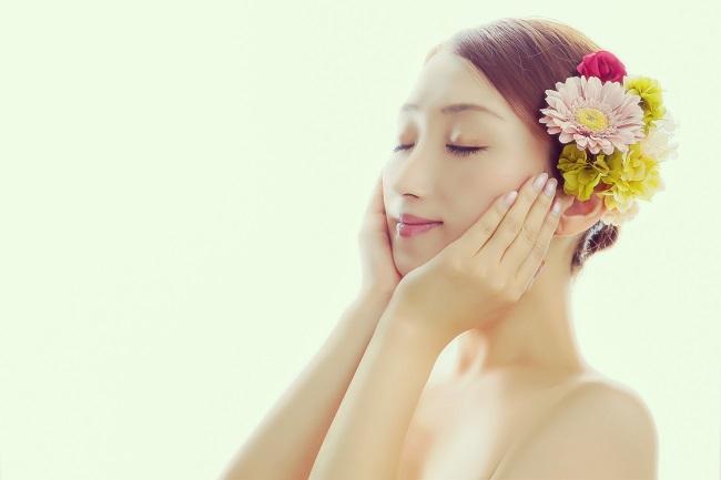 美容液でエイジングケアをしている女性の画像