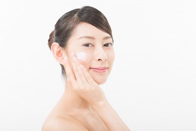 ハイドロキノンクリームを顔に塗っている女性の画像